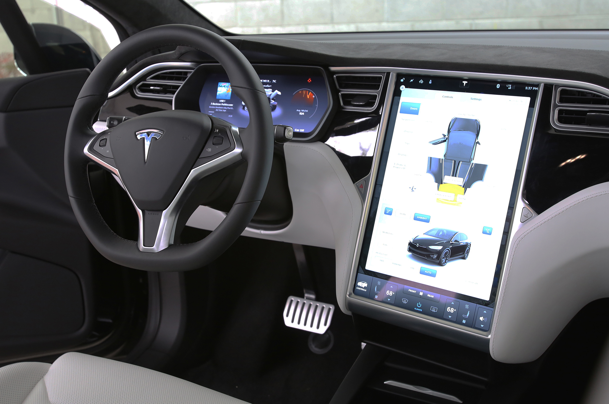 Suv Tesla Interior >> Tesla Delivers In Style Model X Gets A King S Welcome In China